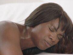 Negro sobre negro sexo caliente. Cuando la producción se rompe para almorzar Jason agarra de la mano de Ana y la lleva al dormitorio en primero no es seguro pero por la mirada en sus ojos ella sabe exactamente lo que quiere