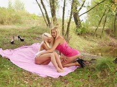 Sexo lésbico caliente bosque por Jessie Hazz y Lena amor - Jessie Hazz, Lena