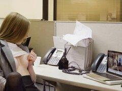 Secretaria cachonda golpea a nerd en su oficina. Cachonda Secretaria Ava Hardy me alojé en oficina tras oficina cerrada para hacer algunos trabajos de cam, pero luego lo nerd atrapado su masturbándose y luego ella empujó su pene en su coño