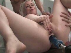 Tres chicas calientes encuentran una puta máquina y prueba