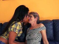 La abuela toma autorretratos sexy para seducir a una linda teen lesbiana - Nia Black, Lannie