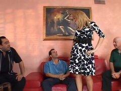 Chelsea consigue follada como maridito mira en rubia esposa Chelsea Jones y su esposo son ganas de algo diferente, por lo que traen en una estrella porno para follartela mientras su maridito. El otro hombre le ayuda apagado con su vestido, y se sientan en