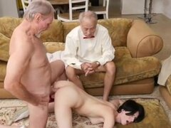 Mujer madura con adolescente masaje de dos hombres