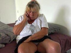 OldNanny vieja abuela lesbiana masturbándose el coño con adolescente