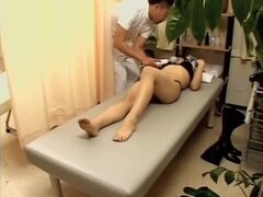 Tetona babe Jap sufre algunos graves follando japonesa, durante un masaje erótico caliente esta zorra japonesa tetona con posterior grande obtiene algunos follando japonesa adecuada y ella está más que contento. La sonrisa en el rostro deja ningún lugar a