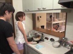 Esposa asiática obtiene su coño delicioso follada por detras en la cocina