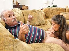 Jeleana Marie da mamada a abuelo muy viejo