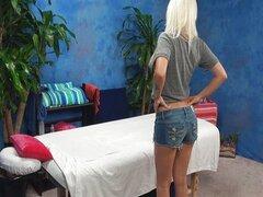 Teen pelirroja en acción de sala de masajes