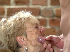 Tetona anciana arrugada. Tetona arrugada anciana cabalga y chupa polla para semen facial