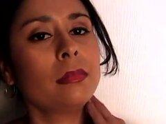 Video de AuntJudys: Fannie. Fannie Latina habla sucia y muestra su coño.