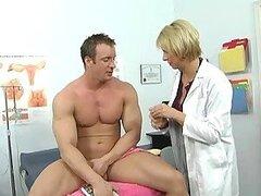 Caliente doctora rubia Brianna Beach es una putita la cual ama ser follada en el consultorio usando lenceria