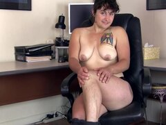 Peludo Valerie juega con su coño peludo en su escritorio
