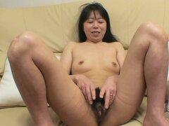 Yasuko Haraguchi piensa en agradar a su coño con consolador pequeño