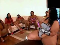 Gran grupo de mujeres negras gordas y cachondos hombres obtiene juntos. Afro American BBW Gangbang masivo
