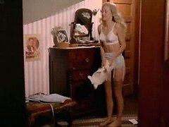 Sensual rubia Misty Rowe expone sus redondas tetas y bragas