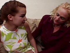 Vieja abuela jugando con bragas joven