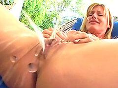 Rubia muy cachonda y caliente meando de masturbar su mojada concha sucia
