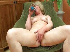 Esposa madura madura cachonda le encanta follar