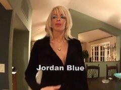Increíble pornostar Jordan Blue en fabulosas tetazas, escena porno facial, Jordan Blue contrata a un carpintero para reparar sus puertas armarios pero, cuando ella se ve le de un pedazo, ella abre su túnica y le muestra sus enormes jarras y comienza a chu