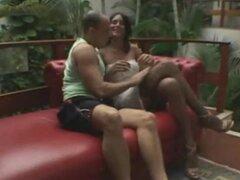 Caliente travesti folla a un chico caliente y ofrece un tratamiento Facial