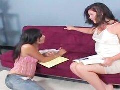 Adolescentes lesbianas tímido obtienen seducido por cutie BBW