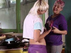 Las lesbianas peludas de Raunchy usan una correa en el Consolador. Las lesbianas peludas de Raunchy usan una correa en el Consolador