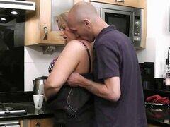 Él engaña con hottie grasa en la cocina. Él engaña con hottie grasa en la cocina