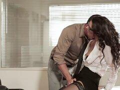 Ardiente morena chica en gafas y minifalda gemido como ella obtiene bombeado antes de ser rota en el oficina