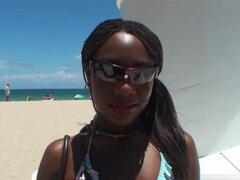Josh Cleopatra Hendrix en mama Video de la cabaña, era un día caluroso en la playa y Josh fue a la caza. Después de no encontrar nada que vale la pena llegó a través de Cleo. Fue la captura perfecta y chica sola de vacaciones. Ella dice fuck me había escr