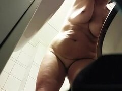 Mujer madura gordita en el baño, mujer madura gordita capturado por cámara oculta desnudarse y tomar un pis. Después de orinar ella seca su cuerpo después de la ducha.