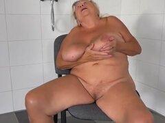 OldNanny dos calientes lesbianas lamiendo y masturbándose. Dos lesbianas en la bañera de masaje uno al otro