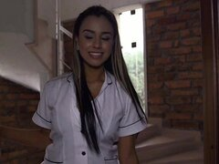 Preciosa big booty latina Sofia Nix se convierte en una criada traviesa