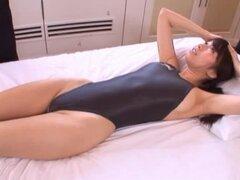 Alice Miyuki dos a la vez lleva en su traje de baño