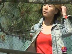 Video mostrando una gal japonesa adorable público usura, usura video muestra una linda chica caer caminando cuando repentinamente se levantó la falda y sus bragas son encadenados con un bloqueo de la mordida a una cerca por ferrocarril que se saque sus br