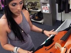 MILF Hottie va a una casa de empeños y empeños coño por dinero, MILF Hottie va a una casa de empeño tratando de vender un violonchelo pero ella termina recibiendo su coño follada para ganar dinero y satisface sus deseos sexuales