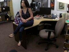 Morena cubana obtiene su apretado coño depilado golpeó duro enojado, enojada morena cubana obtiene su apretado coño depilado golpeó duro dentro de la oficina de casa de empeño por parte del propietario de casa de empeño después de vender su televisión. Él