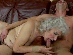 Lasciva granny Norma folla a un chico y lo deja semen en sus tetas