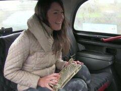 Sexo de chica amateur de coño peludo en un taxi con el conductor que tiene un pollón para ella. Chica amateur de coño peludo de Europa teniendo sexo en un taxi con un conductor que tiene un buen rabo que chupar y follar
