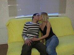 Una pareja caliente quiere follar en el sofá