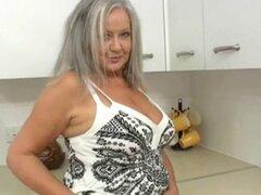 Abuela cachonda en la cocina. Abuela cachonda en la cocina