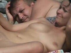 Sexy desnudo playa - entre sonrisas erectos,