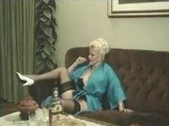 Vintage porno Videos de años señora chupa y cubre lindo invitado. Vintage porno clips hawt mayores señora chupa y cubre a joven huésped.