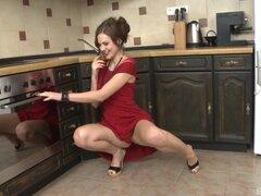 Mujer en un vestido rojo quiere ser follada duro en la cocina