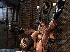 Dominacion femenina de una cachonda mujer dominante con medias de red a su esclavo hombre