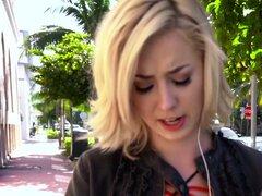 Recolección pública de rubia adolescente acepta dinero por sexo, teen rubia Haley Reed es recogida en la calle como un loco al azar ofreciendo su dinero por sexo. Ella obtiene deshuesada duro en su patio trasero y ella lo ama!