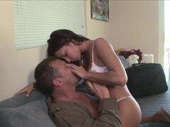 Sabrosa Latina chupa en una erección dura, salados y ganas de follar esta MILF Latina chupa en una varilla rígida en este video de sexo de latinas HD y que se ve bastante bien.