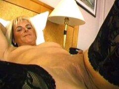 Madura rubia da mamada caliente. Rubia madura en medias da mamada caliente