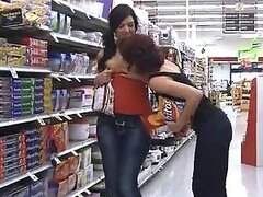 Dos traviesas lesbianas muy cachondas no pueden evitar manosearse en publico