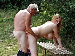 Cachondo hombre mayor se folla a una increible rubia tetona al aire libre