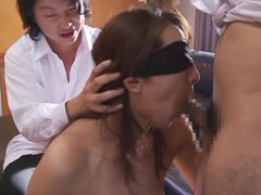 Tetona madura Rika Fujishita tiene tres pollas para jugar con